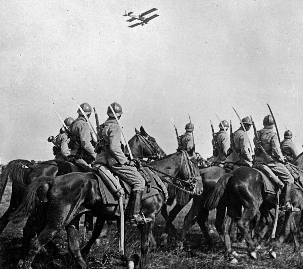 22. Солдаты присоединяют 100-килограммовую бомбу к немецкому самолету. (Фото National Archives