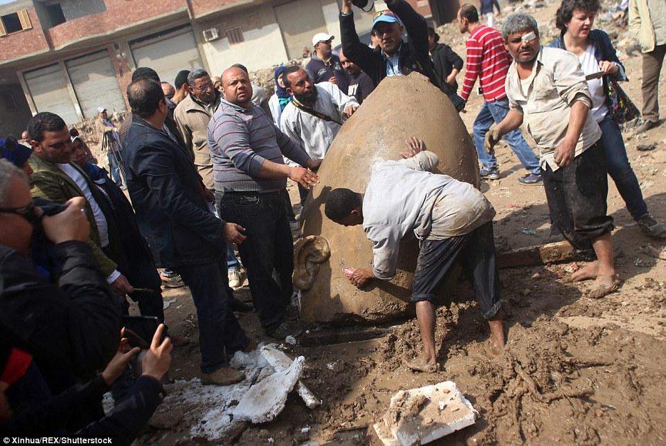 Статую нашли в рабочем квартале Матарайя, рядом с руинами дворца Рамзеса в восточной части Каира, гд