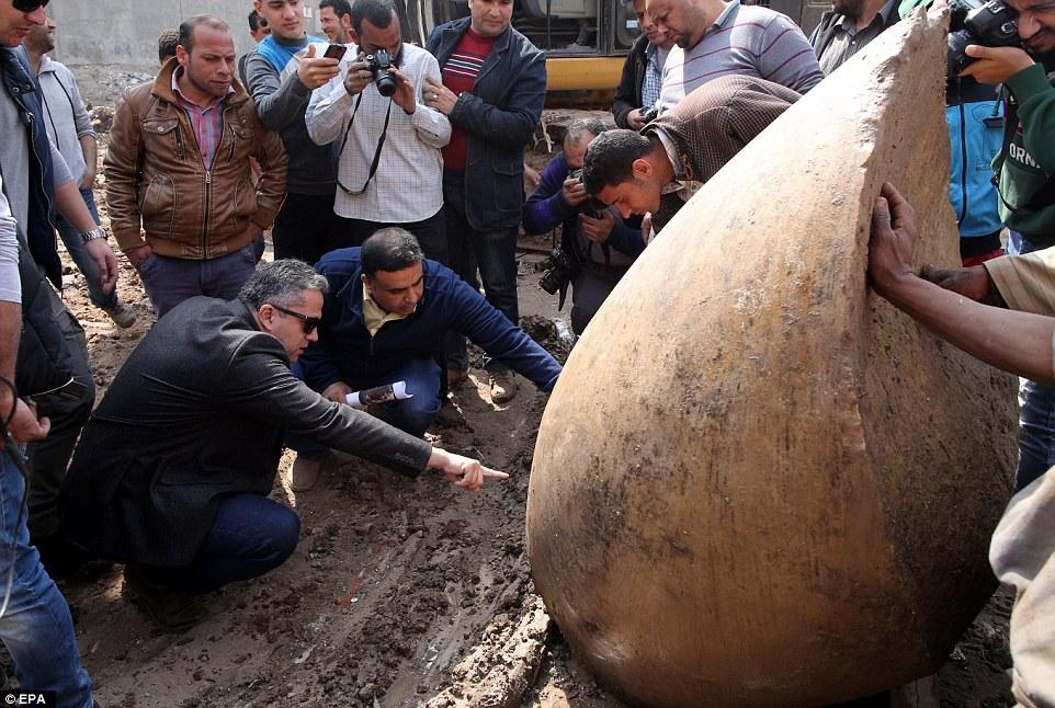 Слева на корточках — египетский министр по делам древностей.