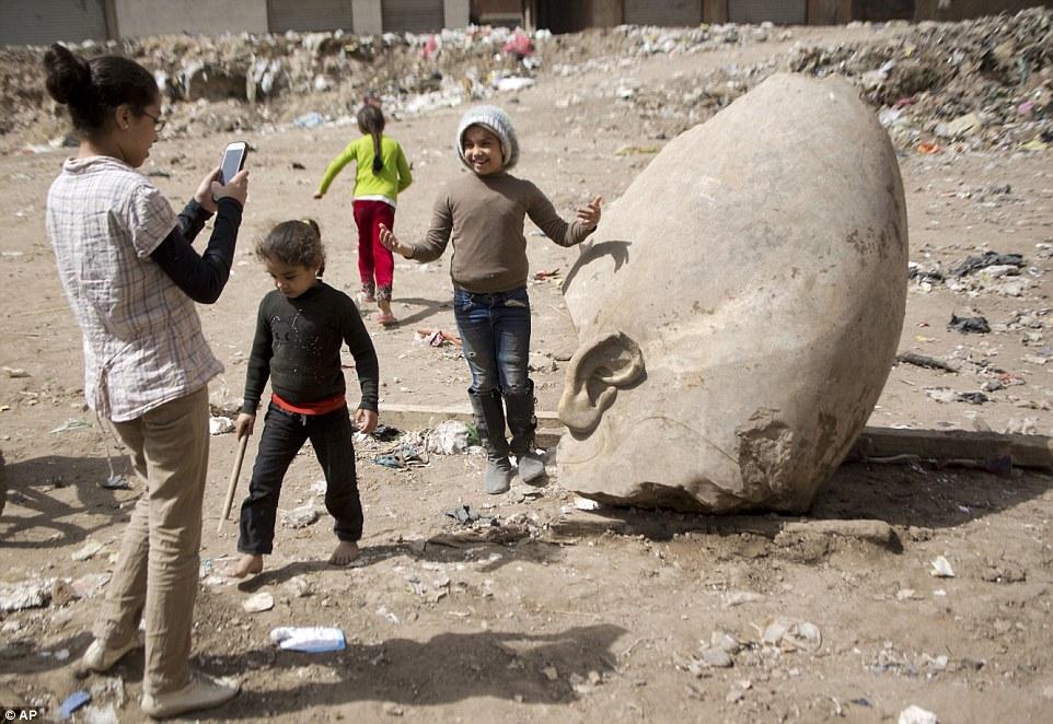 Находка археологов взбудоражила местных жителей: многие собрались поглазеть на работы и попозировать