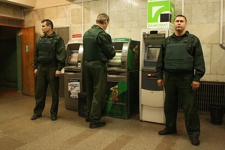 В нижней части банкомата находится прочный сейф, внутри которого располагаются стекеры.Все про