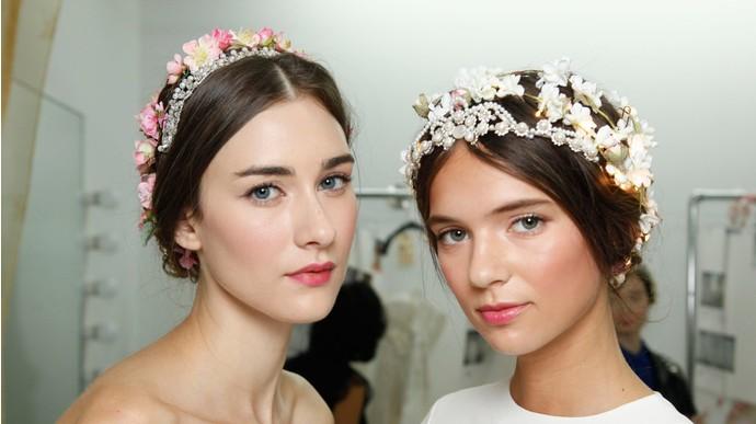 Сейчас прически с цветами в волосах очень актуальны, они привнесут изюминку в образ девушки и привле