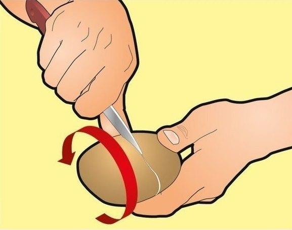 Далее начинай варить картофель. За минуту до того, как картофель сварится, приготовь глубокую тарелк