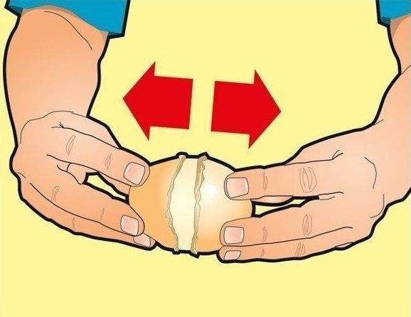 Теперь ты смело можешь доставать охлажденный картофель! Возьми его за края, чтобы линия разреза оказ