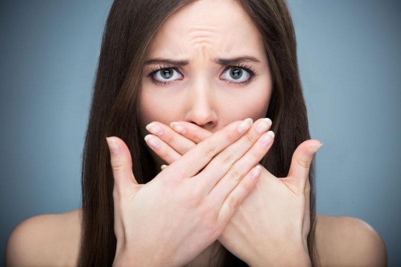 Желтые зубы и неприятный запах изо рта не являются привлекательными для представителей обоих полов.