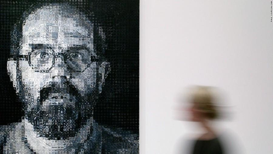 18. Последние работы Чака Клоуза выполнены в виде мозаики, искажающей внешность.