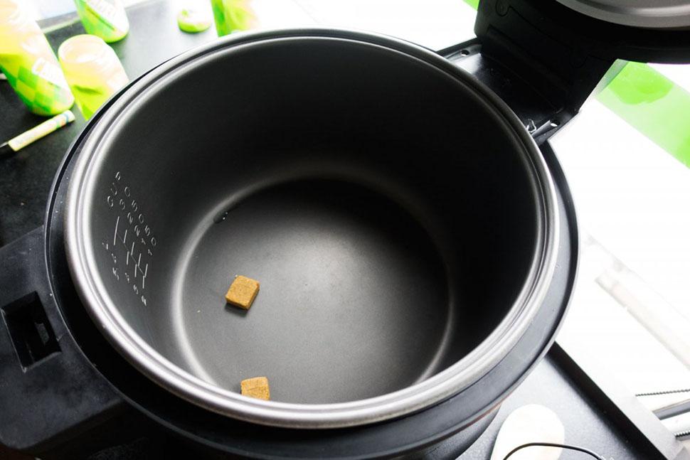 Затем Бизо готовит послегоночную еду. Растворяет бульонные кубики, чтобы усилить вкус блюда. Этот пр