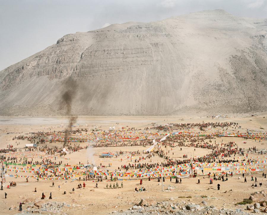 Зудер отправился в это место, прочитав о горе в романе Кристиана Крахта «1979». Он взял с собой тибе