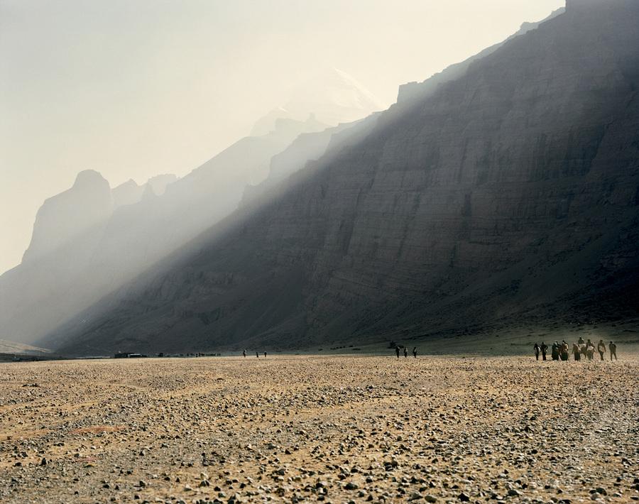 Люди приходят к горе круглый год, но особенно много паломников во время религиозного праздника Сага