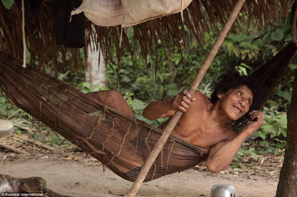 Жители племени согласились на приезд фотографа, когда им объяснили, что с помощью этих снимков возмо