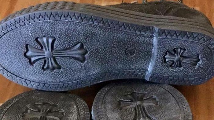 Обувь с крестом на подошве