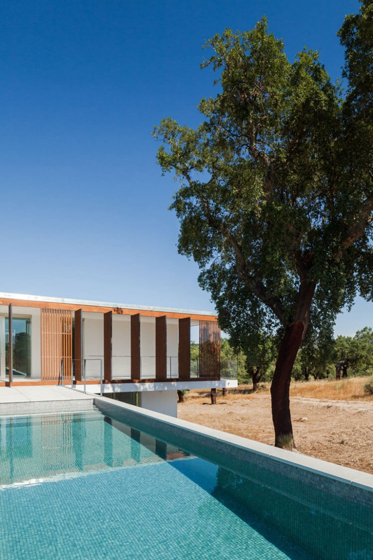 The awesome site and landscape were the inspiring theme for this house. The deployment of the house