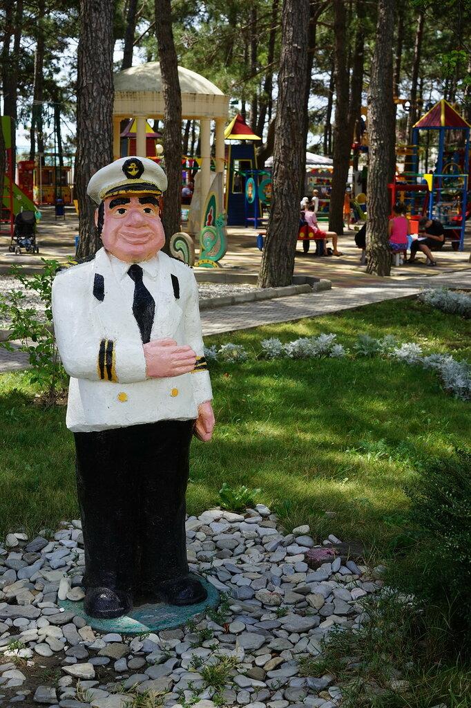Геленджик. Статуя моряка рядом с детской площадкой.