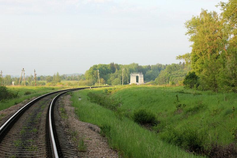 """Мост перегона Осуга - Сычёвка через реку Лосмина, недалеко от входного сигнала """"Н"""" станции Сычёвка со стороны Осуги и переезд автодороги Зубцов - Вязьма, кривая"""