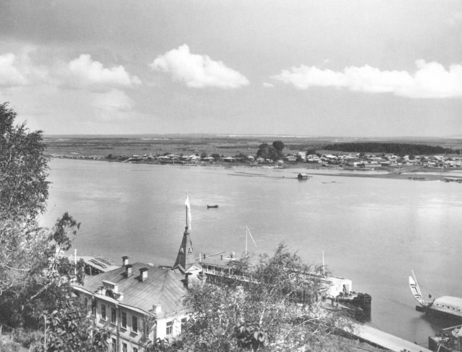 Вид на слободу Дымково и здание речного пароходства