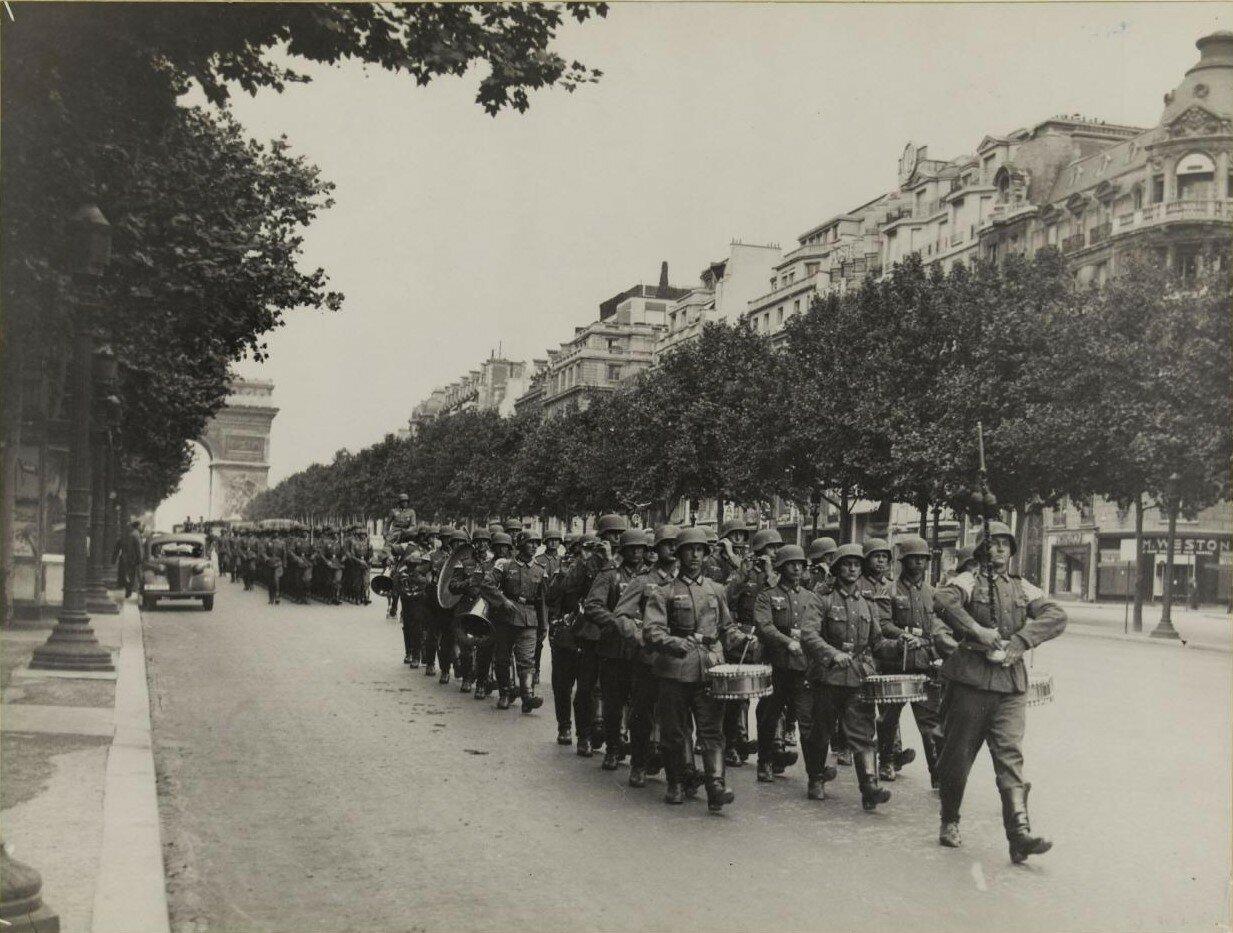 Парад немецких солдат. Елисейские поля. 4 июля