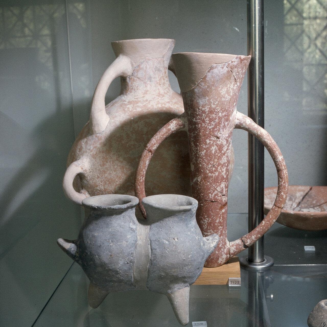 Афины. Национальный археологический музей, керамика Полиохни II (Лемнос), Третье тысячелетие до н.э. Двойные сосуды