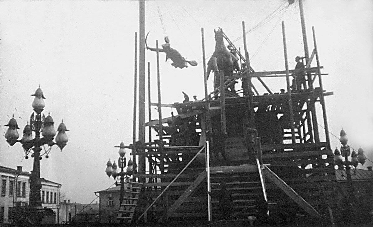 1918. Разборка памятника Скобелеву