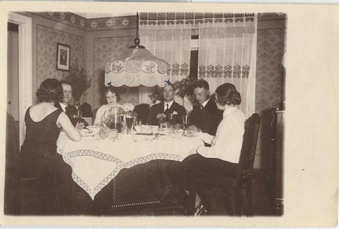 1931. Застолье под абажуром