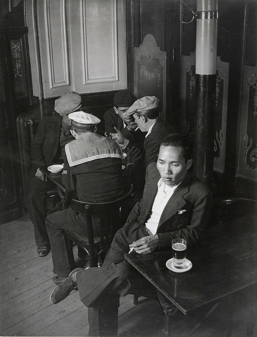 1932. Китаец и бандиты из банды Большого Альберта в бистро рядом с площадью Италия