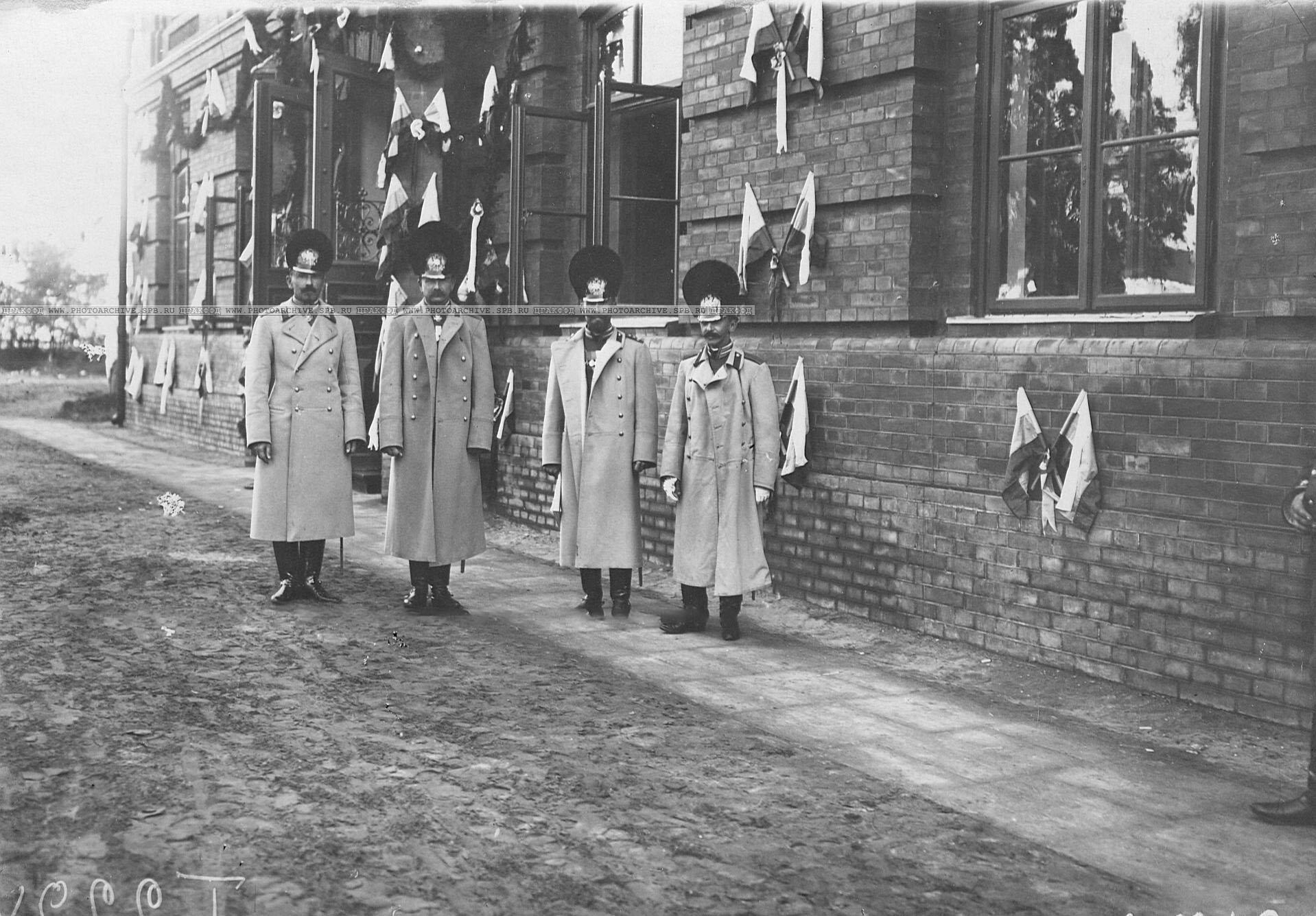 Группа офицеров Конно-гренадерского полка, прибывшая на празднование 250-летнего юбилея Уланского полка