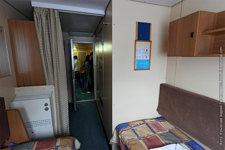 Двухместная одноярусная каюта №208 на главной палубе. В каюте два спальных места, шкаф для одежды, радио, душ, санузел, кондиционер, холодильник, обзорное окно, электророзетка на 220 В. теплоход «Кронштадт»