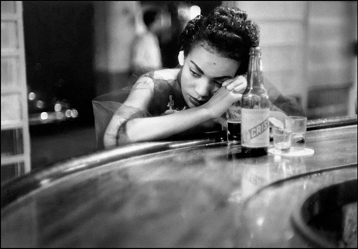 Девушка работающая в баре этого борделя, в районе красных фонарей. 1954. Куба, Гавана. Ева Арнольд (1912-2012)