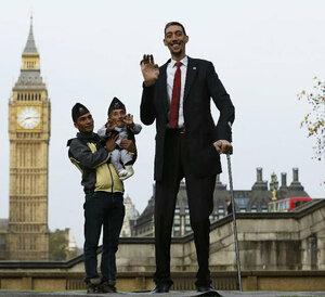Самый высокий и самый маленький человек в мире встретились