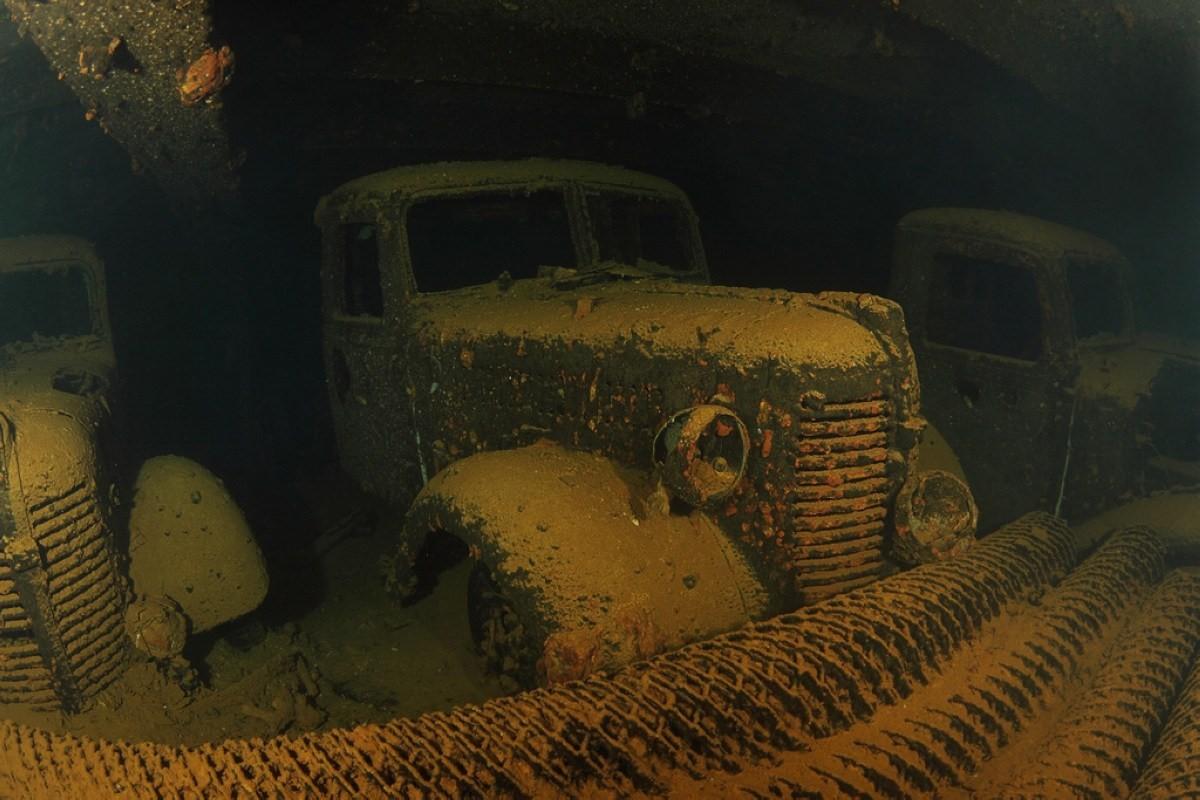 Грузовики внутри затонувшего грузового судна hoki мару.