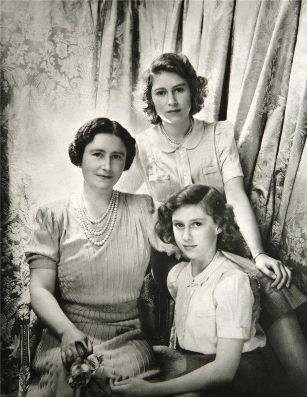 Королева с дочерьми октябрь 1942 года