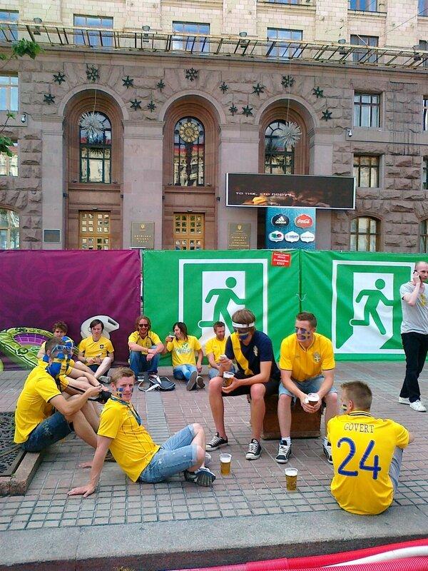 Шведские фаны под киевской мэрией
