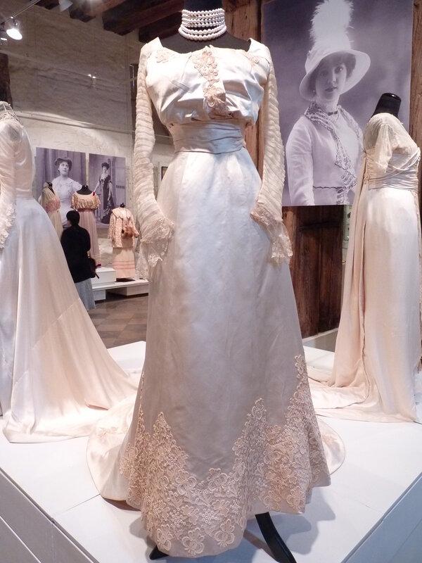 Подвенечное платье с аппликацией из гипюра.