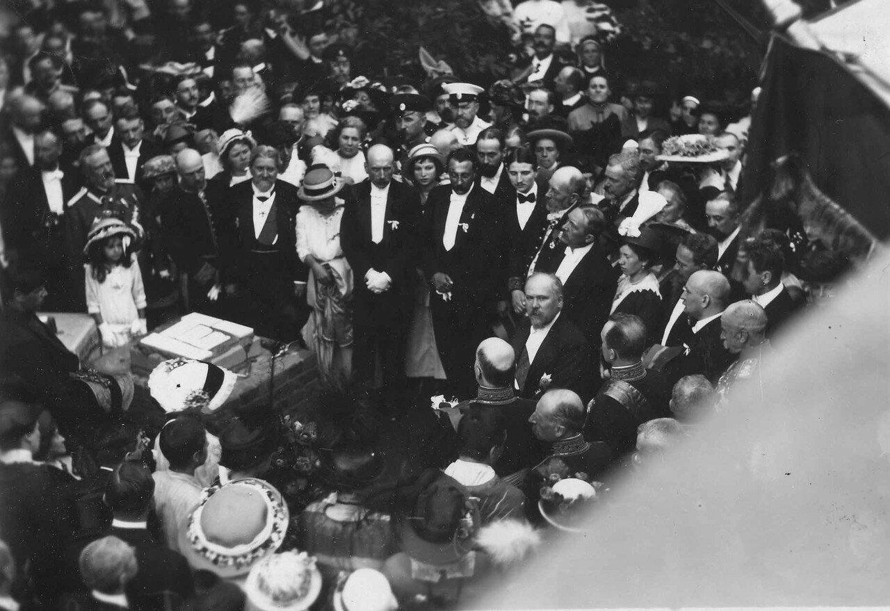 65. Р.Пуанкаре, сопровождающие его лица, представители дворянства, сановники и другие приглашенные гости на закладке здания