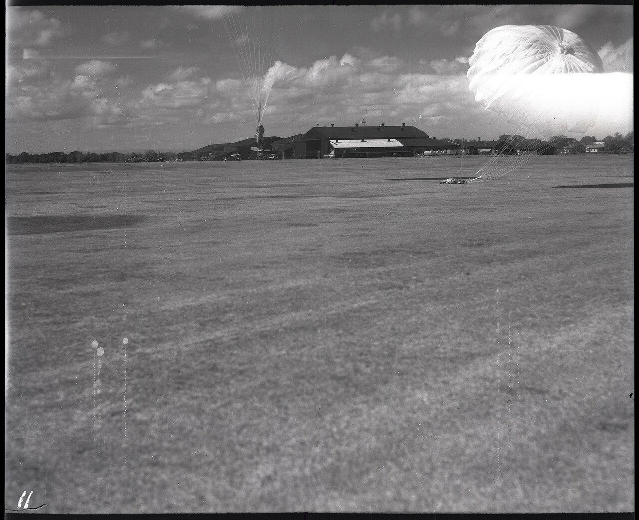 11. Манекены на парашютах приземлились на филиппинском аэродроме Николс Филд