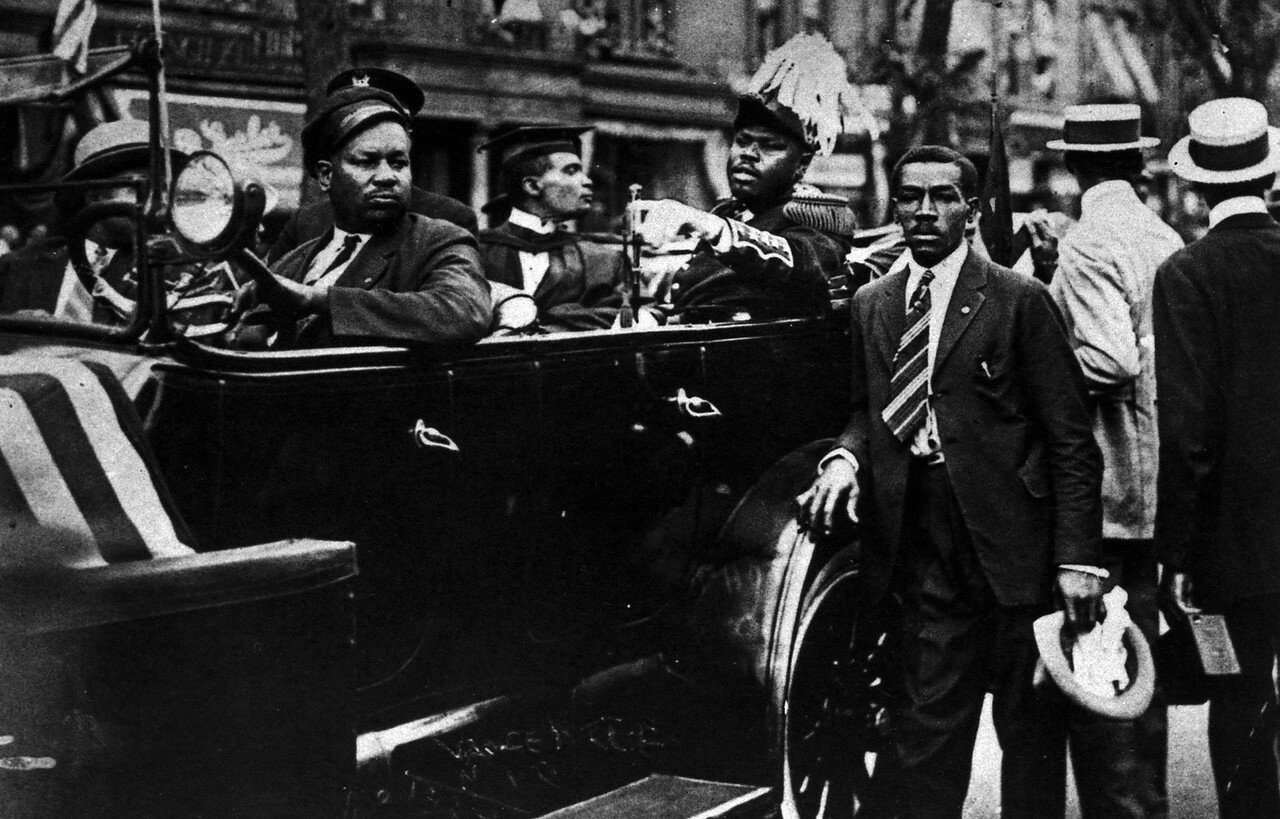 1924. Маркус Гарви (деятель всемирного движения негров за права и освобождение от угнетения. В 1922 году Гарви был осуждён за финансовые махинации и провёл пять лет в тюрьме, после чего потерял весь свой авторитет в негритянском движении) во время демонст
