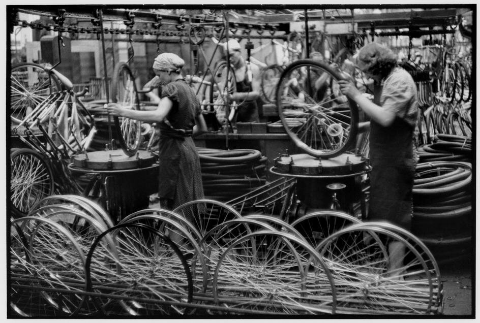 1954. Москва. Завод «ЗИС». Цех по производству велосипедов