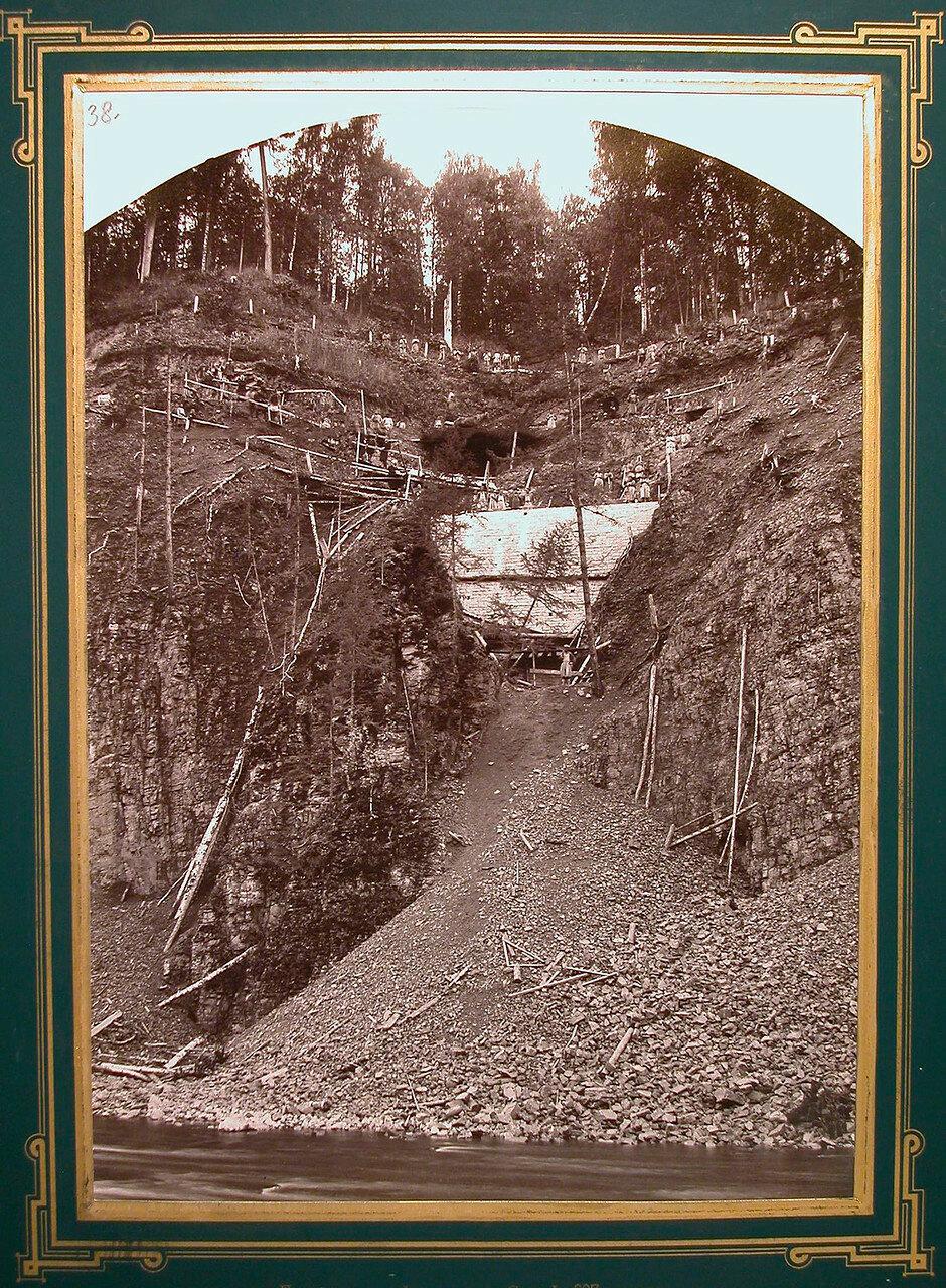 38. Рабочие во время сооружения подпорной стенки на реке Сатке. 697-я верста, 1885-1889