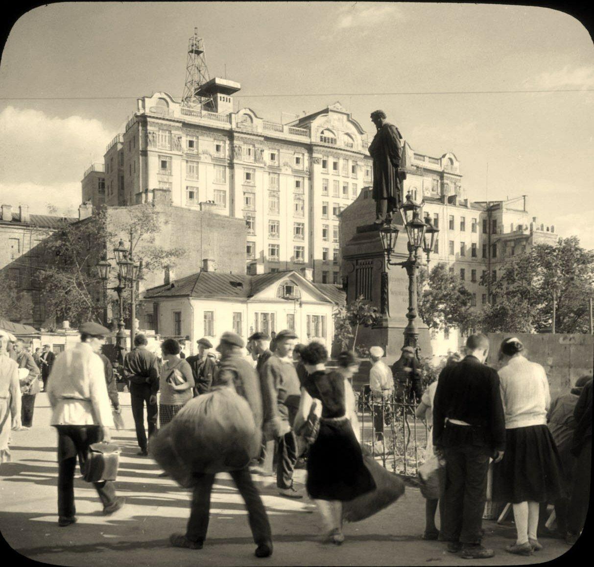 Москва. У памятника Пушкину