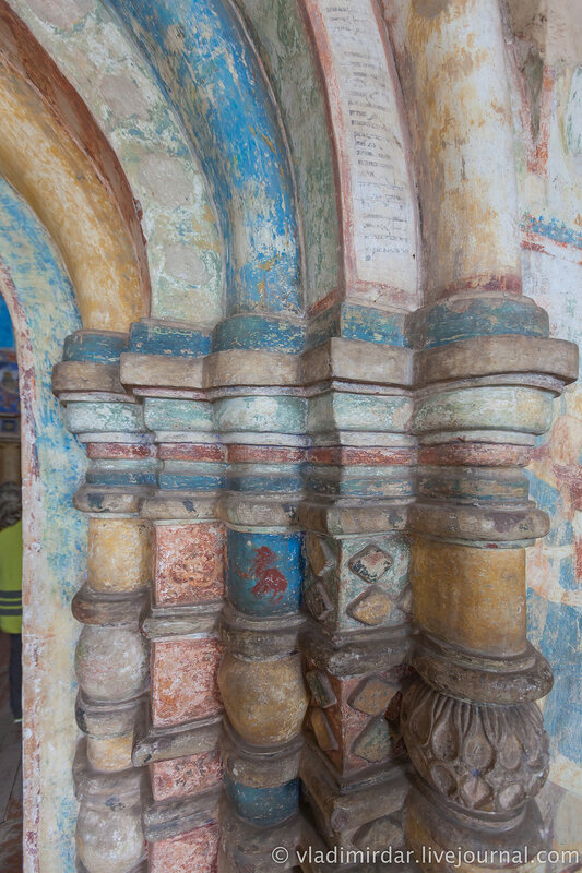 Белокаменные детали арочного портала церкви Иоанна Богослова. Ростовский кремль.