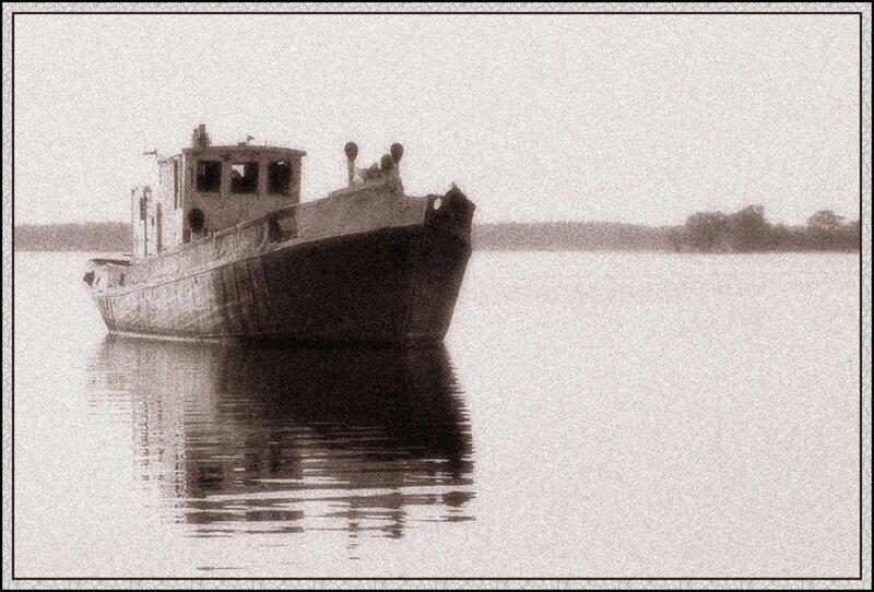 Старый корабль на Иваньковском водохранилище