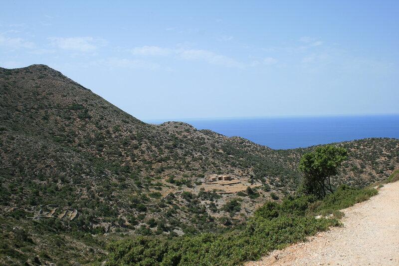 Дорога к заброшенному монастырю