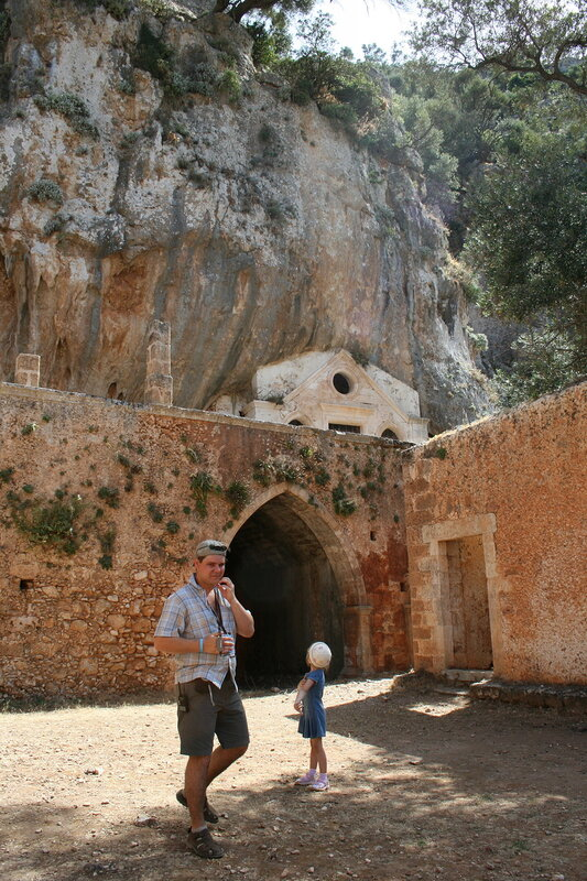 Крит, заброшенный монастырь, пещера И.Отшельника
