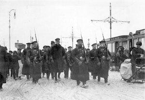 Пленные немцы с подбитого под Либавой Цеппелина идут под конвоем матросов Балтийского флотского экипажа через Троицкую площадь
