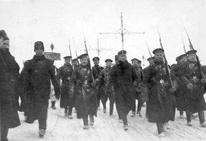 Пленные немцы с подбитого в районе Либавы Цеппелина идут под конвоем матросов Балтийского флотского экипажа через Троицкий мост
