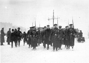 Пленные немцы с подбитого в районе Либавы Цеппелина идут под конвоем матросов Балтийского флотского экипажа через Троицкую площадь