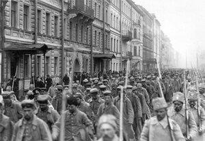 Колонна военнопленных проходит под конвоем по 7-й роте у дома № 4