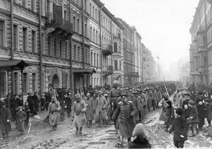 Колонна военнопленных идет под конвоем по 7-й роте мимо дома № 4