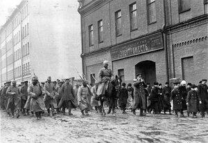 Колонна военнопленных проходит под конвоем по 11-й роте мимо завода белой жести Товарищество электрожесть