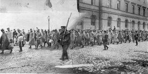 Группа военнопленных под конвоем направляется к пристани на Калашниковской набережной