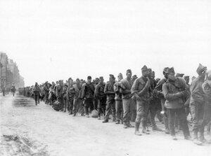 Группа военнопленных под конвоем на Калашниковской набережной